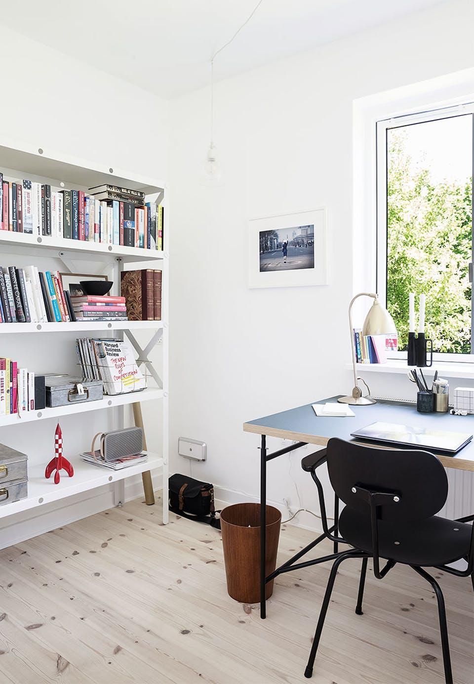 kontor-bogreol-skrivebord-stol-seppuYXKuRYD2PpqeG1q7g