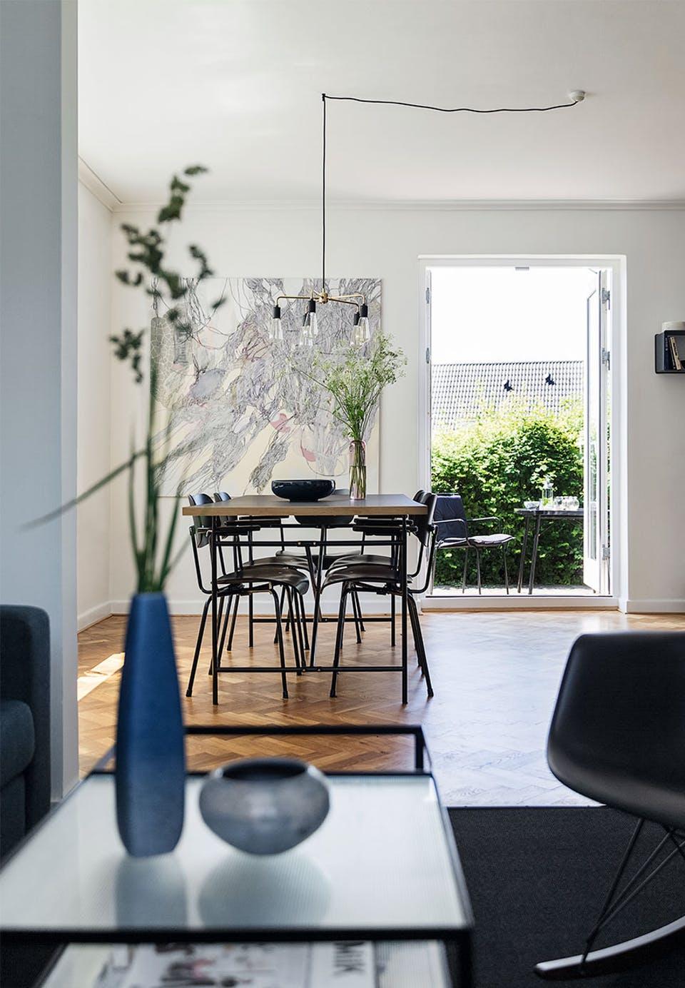 spisestue-traegulv-bord-stole-terrasse-vBvMkpRf3TM7uoyvTHpJ5w